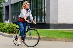 belle femme attirante s'asseyant sur le vélo image libre de droits