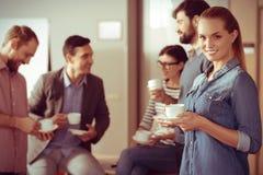 Belle femme attirante tenant une tasse de café Image libre de droits