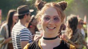 Belle femme au festival de musique banque de vidéos