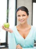 Belle femme au foyer avec la pomme verte Photo libre de droits