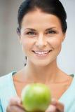 Belle femme au foyer avec la pomme verte Photos libres de droits