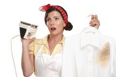 Belle femme au foyer heureuse de femme repassant une chemise Photo libre de droits