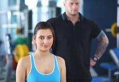 Belle femme au gymnase s'exerçant avec son entraîneur Beau femme Gymnastique photo libre de droits