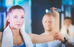 Belle femme au gymnase s'exerçant avec son entraîneur Beau femme Gymnastique photos libres de droits