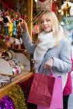 Belle femme au marché de Noël Photographie stock