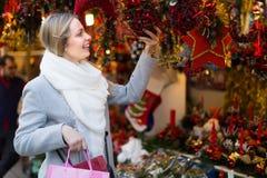 Belle femme au marché de Noël Photographie stock libre de droits