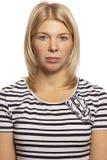 Belle femme avec émotion neutre sur le visage, plan rapproché images libres de droits