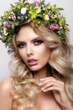 Belle femme avec de longs cheveux bouclés, maquillage parfait Images stock