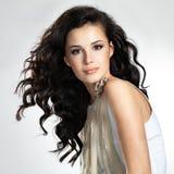 Belle femme avec de longs cheveux bruns image libre de droits