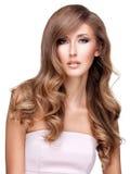 Belle femme avec de longs cheveux bruns onduleux Photo stock