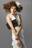 Belle femme avec de longs cheveux bruns sains et maquillage frais coiffure Non d'isolement sur le fond gris Images libres de droits
