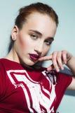 Belle femme avec de longs cheveux droits de couleur rouge et maquillage de style Photographie stock libre de droits