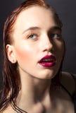 Belle femme avec de longs cheveux droits de couleur rouge et maquillage de style image stock