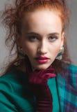 Belle femme avec de longs cheveux droits de couleur rouge et maquillage de style Images stock