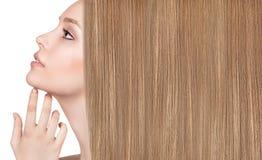 Belle femme avec de longs cheveux justes luxueux Image stock