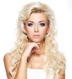 Belle femme avec de longs poils blonds Photographie stock libre de droits