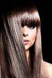 belle femme avec de longs poils bouclés noirs Photos stock