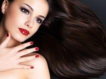 Belle femme avec de longs poils droits bruns Images stock