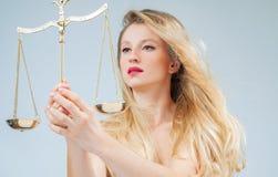 Belle femme avec des échelles Femida Signe de zodiaque de Balance images libres de droits