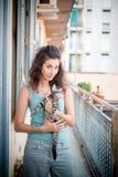 Belle femme avec des chats Photo stock
