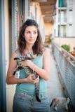 Belle femme avec des chats Images stock