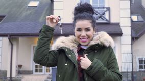 Belle femme avec des clés d'une nouvelle maison clips vidéos