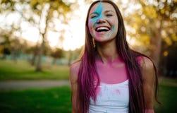 Belle femme avec des couleurs enduite sur son visage Images libres de droits