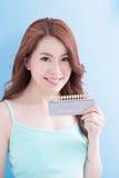 Belle femme avec des dents de santé Photos libres de droits