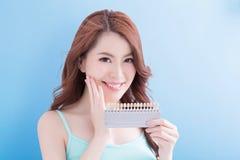 Belle femme avec des dents de santé Photos stock