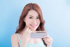 Belle femme avec des dents de santé Photographie stock libre de droits