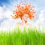 Belle femme avec des fleurs sur son long cheveu. Photos stock