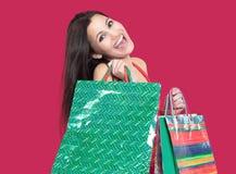 Belle femme avec des paniers pour des achats de Noël Photographie stock