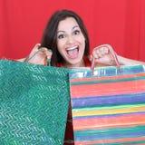 Belle femme avec des paniers pour des achats de Noël Photos libres de droits