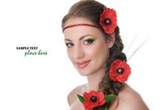 Belle femme avec des pavots dans les cheveux Images stock