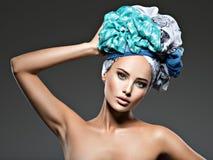 Belle femme avec des poils enveloppés dans le turban Images stock