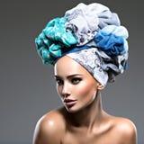 Belle femme avec des poils enveloppés dans le turban Photographie stock