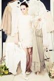Belle femme avec des vêtements images stock