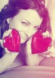 Belle femme avec deux coeurs rouges, filtre de vintage Image stock