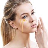 Belle femme avec du miel sur le visage Image libre de droits