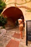 Belle femme avec du pain français photos stock