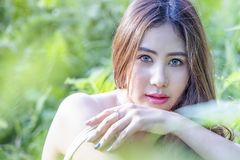 Belle femme avec frais vert de la nature photographie stock libre de droits