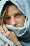Belle femme avec l'écharpe sur la tête Photographie stock libre de droits