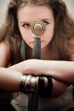 Belle femme avec l'épée photo stock