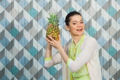Belle femme avec l'ananas sur un fond bleu Images libres de droits