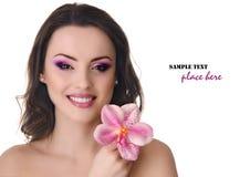 Belle femme avec l'orchidée Photo stock