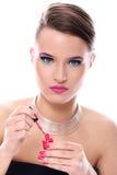 Belle femme avec la bouteille de vernis à ongles rose photos libres de droits