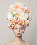 Belle femme avec la coiffure des fleurs Images stock