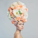 Belle femme avec la coiffure des fleurs Image stock