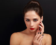 Belle femme avec la coiffure, les lèvres lumineuses rouges et les clous noirs Photos stock