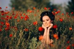 Belle femme avec la couronne de fleur dans un domaine des pavots photographie stock libre de droits